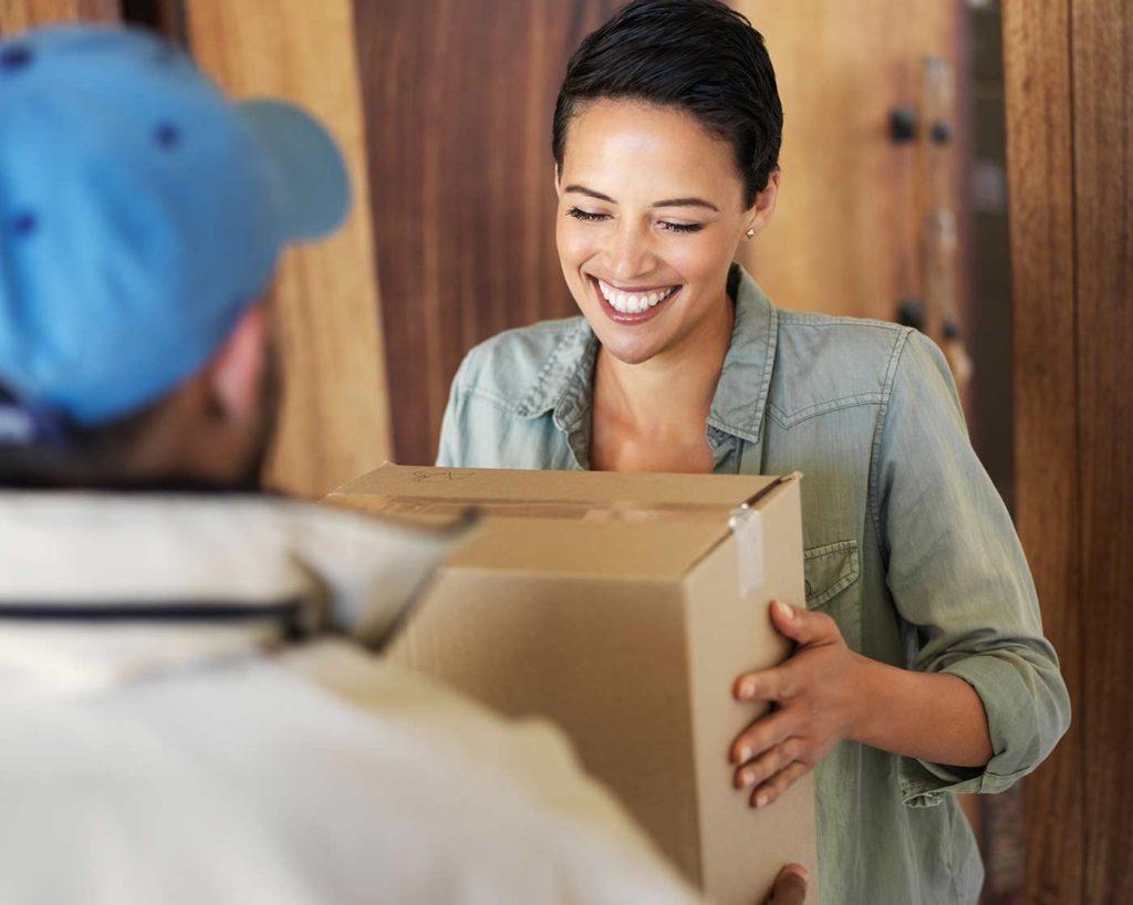 Paketservice in der Zustellung beim Kunden